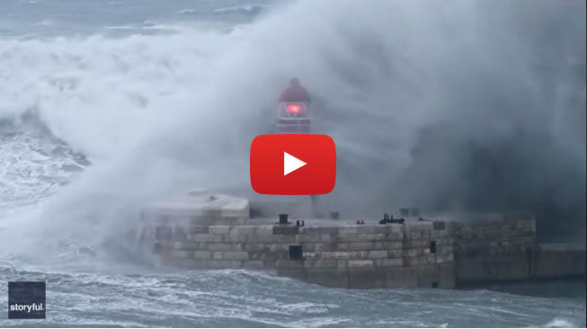 Onda gigante e il faro scompare: il VIDEO incredibile ripreso a Malta